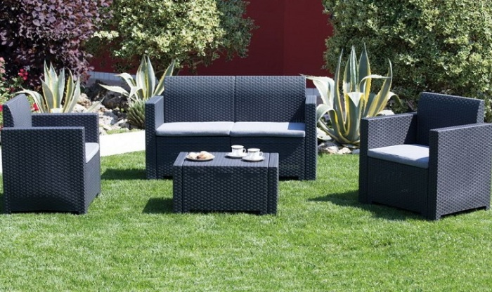 Классическая садовая мебель не перестает удивлять новыми творениями.