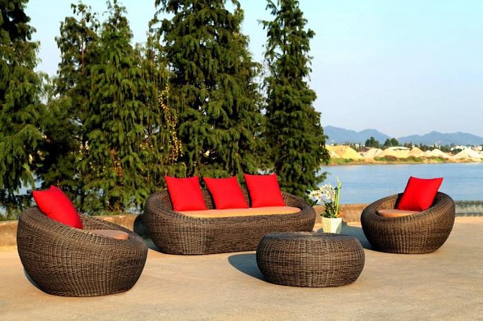 Правильно подобранная садовая мебель из дерева, которая органично вписывается в дизайн дачного участка.