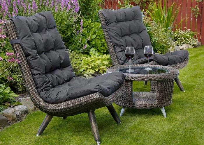 Садовая мебель, на которой можно комфортно устроиться и выпить бокал вина.