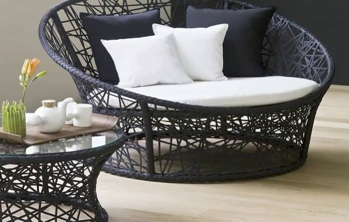 Искусственный ротанг - это классический материал для плетеной мебели.