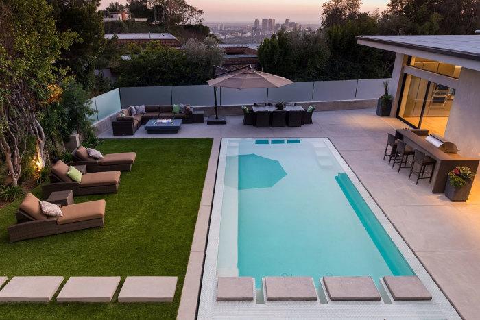 Стационарный бассейн с бетонным основанием и облицованный плиткой с минимальным процентом водопоглощения.