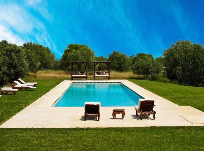 Прямоугольный бассейн в минималистском стиле, о котором мечтает практически каждый владелец загородного участка.
