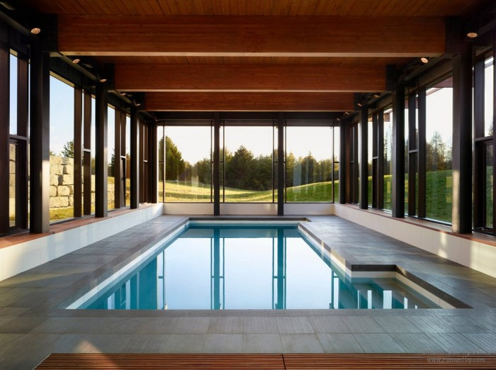 Бассейн в помещении позволит наслаждаться прелестями водной стихии в любое время года.