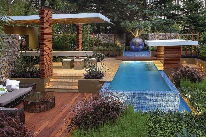 Сферический фонтан в бассейне, который способен увлажнять воздух вокруг водоёма.