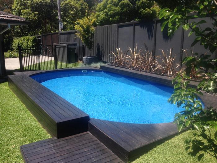 Отличная идея, которая поможет украсить придомовую территорию - создать оригинальный и многофункциональный бассейн.