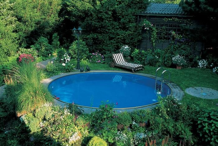 Круглый бассейн небольших размеров, который идеально вписывается в ландшафтный дизайн загородного участка.