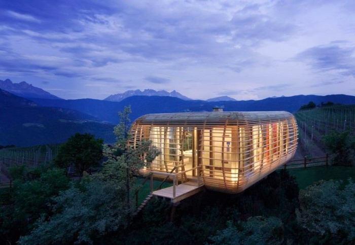 Уютный мини-дом на дереве, в котором можно расположить всё самое необходимое для комфортного проживания и хорошего времяпрепровождения.