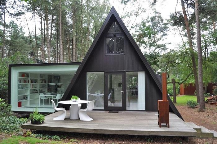 Небольшой домик-шалаш, который предназначен для длительного отдыха с семьей или друзьями.