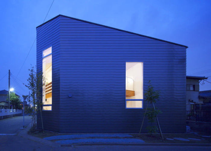 Современный каркасный дом с металлическими стенами.