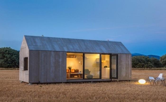 Оригинальная конструкция небольшого загородного домика, который по форме очень напоминает обыкновенный металлический контейнер.