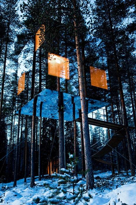 Хорошо замаскированный дом в Швеции, облицованный зеркалами, что позволяет ему отражать близлежащую растительность.