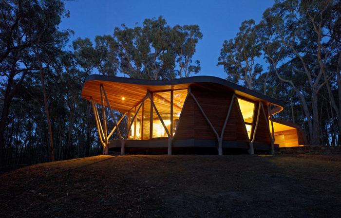 Маленький деревянный дом, который создан по принципу максимальной эффективности при минимуме затрат.