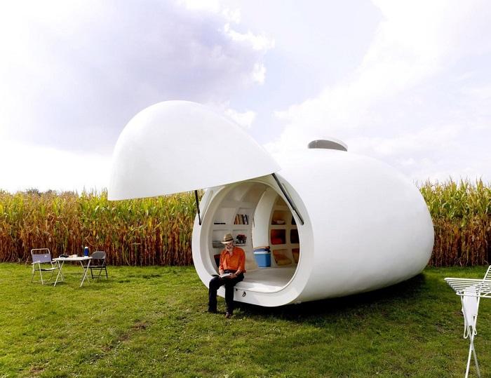 Крупная бельгийская архитектурная фирма DmvA спроектировала оригинальный мини-дом, который по форме напоминает яйцо.