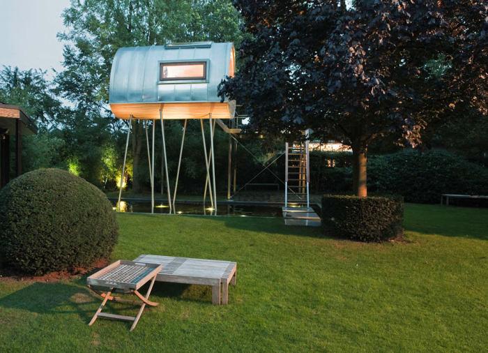 Необычный мини-домик всего с одной комнатой, который станет идеальным местом для вечерних посиделок и весёлого времяпрепровождения.
