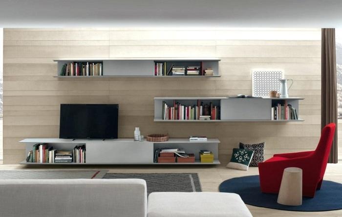 Простые и функциональные подвесные полки и шкафчики в зоне для просмотра телевизора.