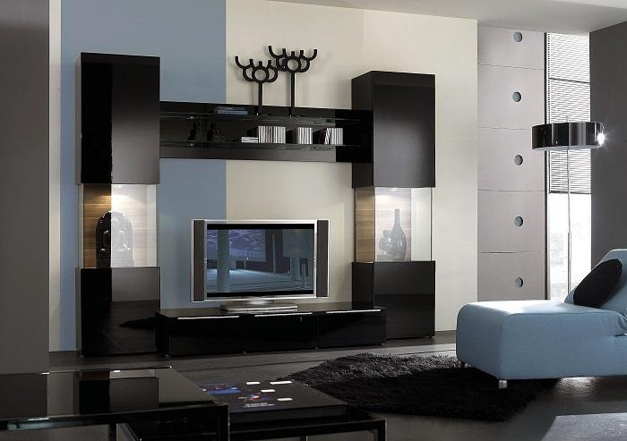 Прозрачные стеклянные шкафчики, встроенные в модульную систему чёрного цвета.