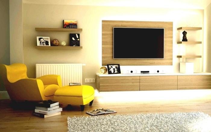 Яркая зона для просмотра телевизора с неоновой подсветкой, которая идеально впишется в небольшую гостиную комнату.