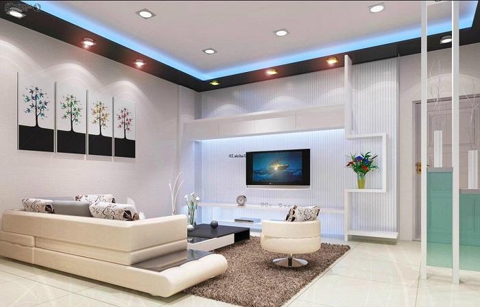 Зону для просмотра телевизора можно выделить благодаря простым деревянным полкам необычной конструкции.