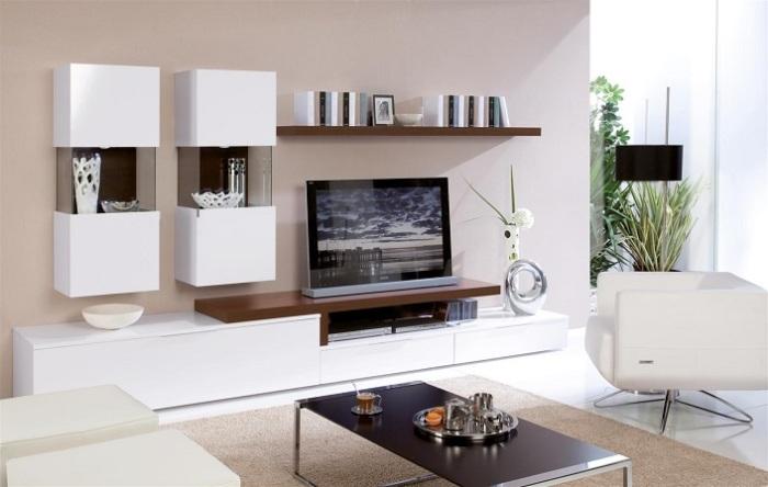 Традиционная модульная система белого и коричневого оттенка в минималистском стиле в зоне для просмотра телевизора.