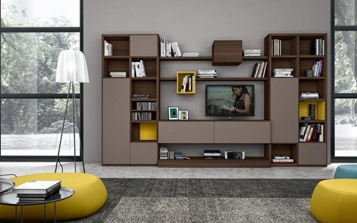 Модульные шкафчики, картины и книги в зоне для просмотра телевизора.