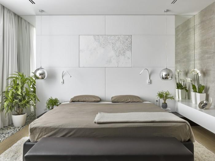 Кровать в интерьере спальной комнаты, которая занимает центральное место.