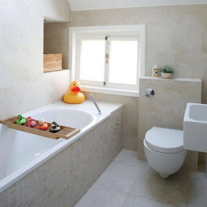 Простой и лаконичный интерьер малогабаритной ванной комнаты в минималистском стиле.