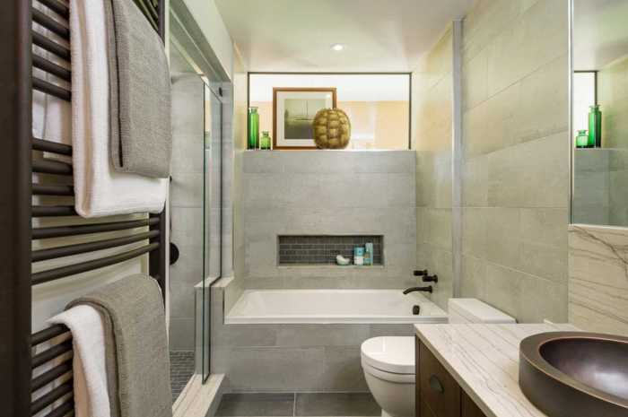 Небольшая ванная комната в строгом мужском стиле.
