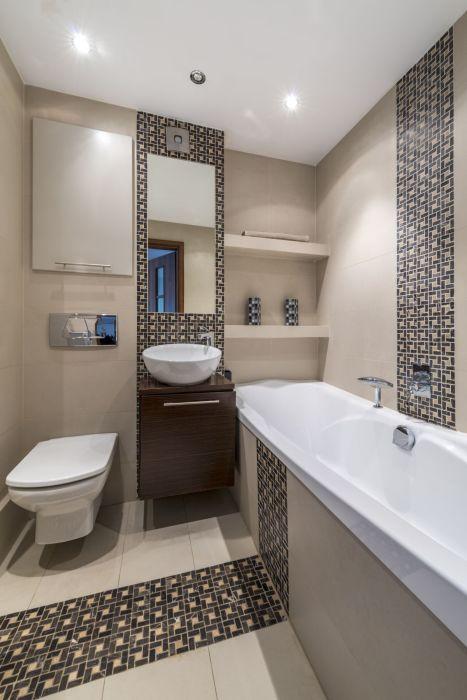 Светлый интерьер ванной комнаты с элементами традиционного восточного стиля.
