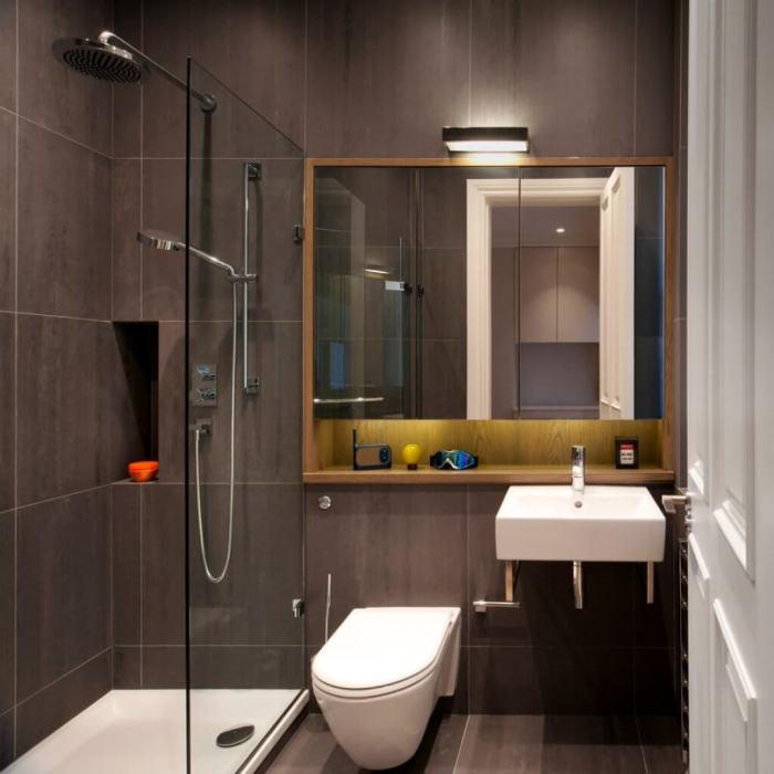 Небольшая ванная комната в серых оттенках, которая является воплощением элегантности и сдержанности.