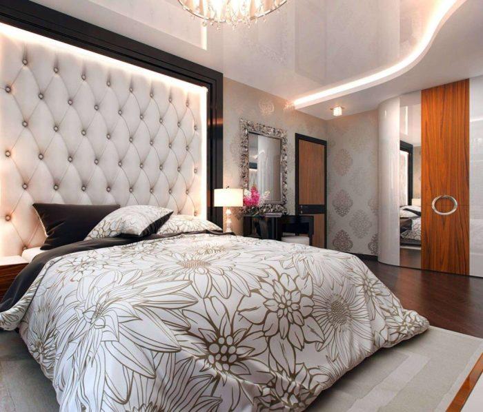Спальня в традиционном стиле, в которой центральным акцентом является кровать.