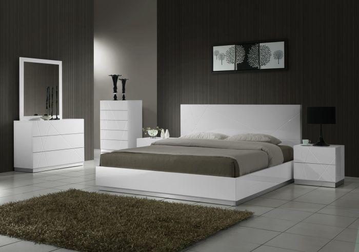 Современный интерьер спальни в сером цвете, которому свойственно менять яркость своих оттенков.