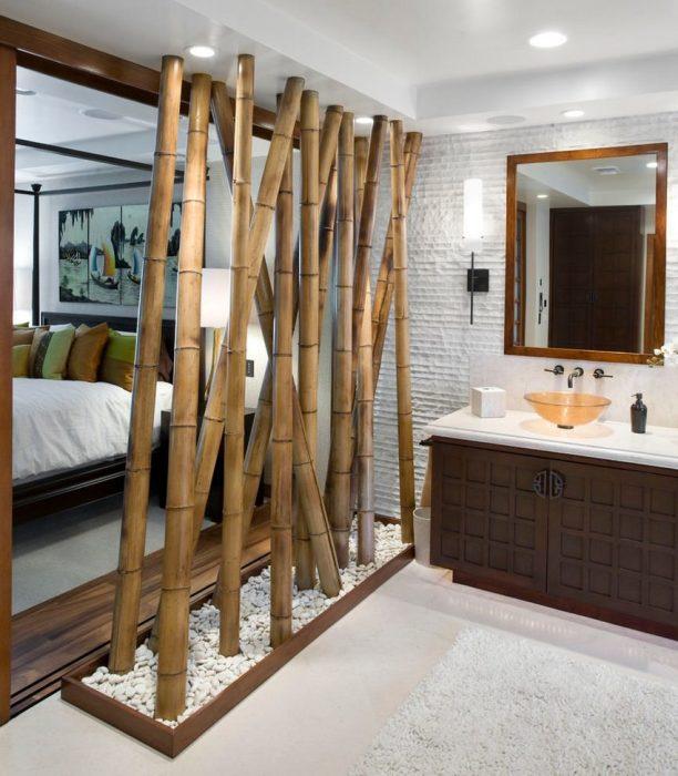 Оригинальная перегородка в восточном стиле, которую можно сделать из необработанных бамбуковых стволов.