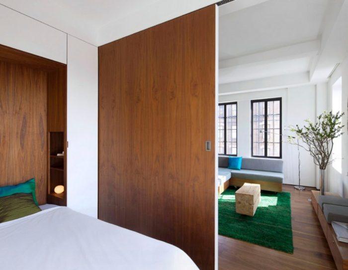 С помощью раздвижной перегородки между спальней и небольшой гостиной, можно создать помещение, которое станет одним целым.