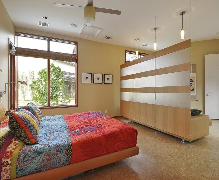Стеклянная перегородка способна не только оптимизировать пространство, но и задать определённый уникальный стиль для всего интерьера.