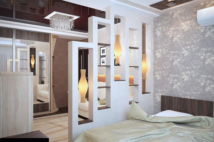 Спальная комната и прихожая, оформленная в пастельных тонах, разделенная стеллажом, который отлично вписывается в интерьер помещений.