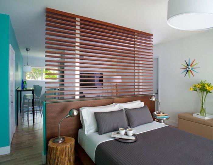 Деревянную перегородку в интерьере спальной комнаты можно оставить в классическом цвете, что позволит создать самый простой и практичный дизайн.