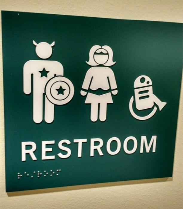 Искусством может быть даже дверь туалета.