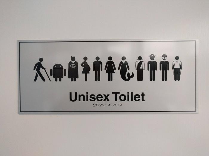 Оригинальный знак в общественном туалете.