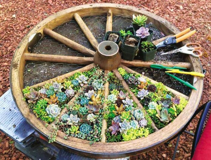 Мини-клумба из деревянного колеса – отличное решение для тех, кто мечтает оформить участок в стиле кантри.