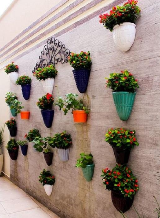 Подвесные керамические кашпо – яркий штрих в современном ландшафтном дизайне.