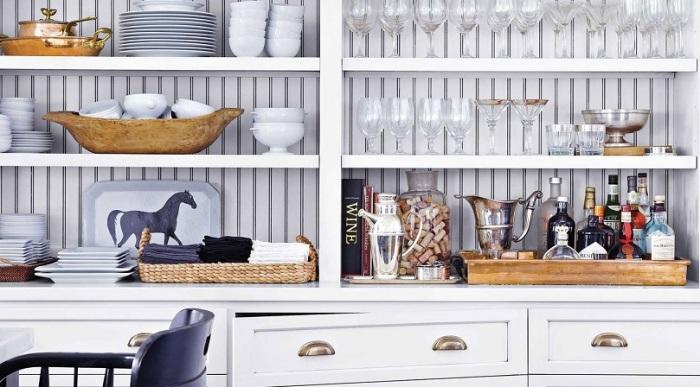 Для малогабаритной кухни будут выигрышно смотреться легкие деревянные конструкции.