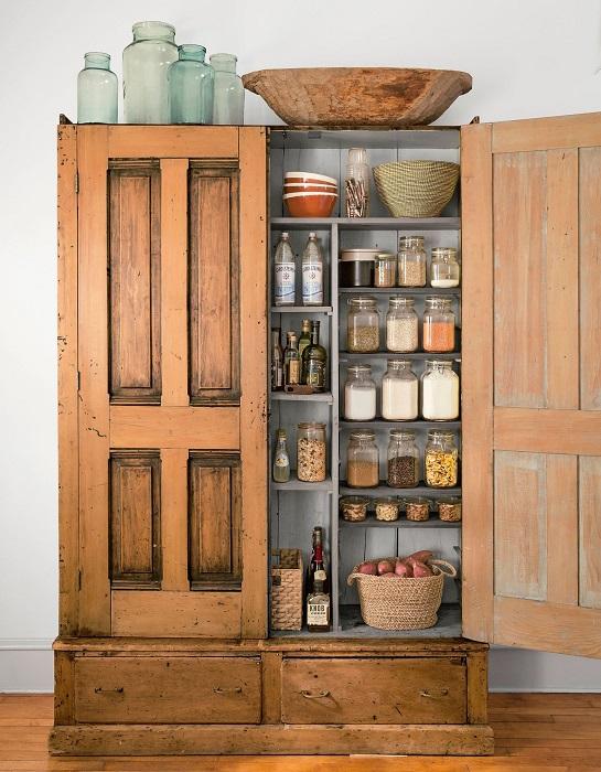 Новый взгляд на старинный шкаф, который может стать незаменимым элементом в интерьере.