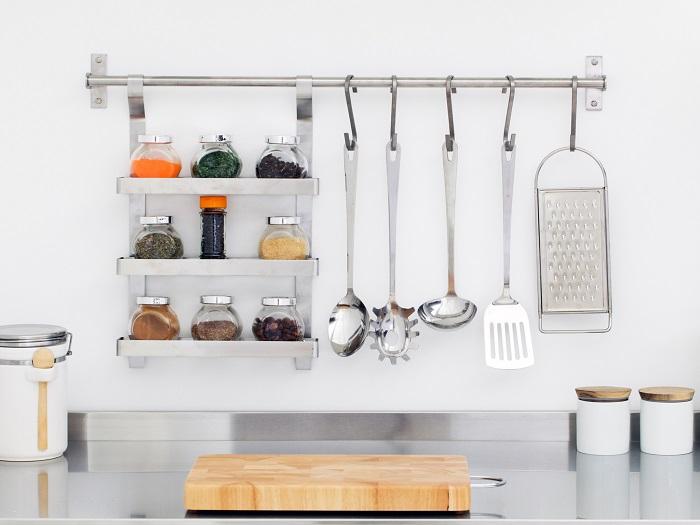 Современные рейлинги можно считать обыденными элементами кухонного дизайна.