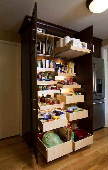 Выдвижные ящики для хранения круп и консервации.
