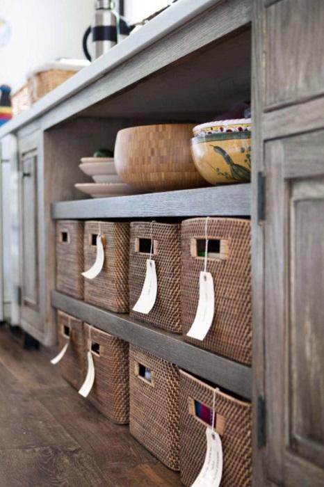 Плетёные корзинки - оригинальные и вместительные органайзеры, которые помогут разгрузить пространство в маленькой кухне.