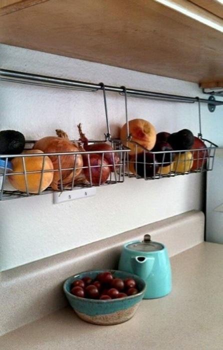 Металлические подвесные корзинки для фруктов и овощей.