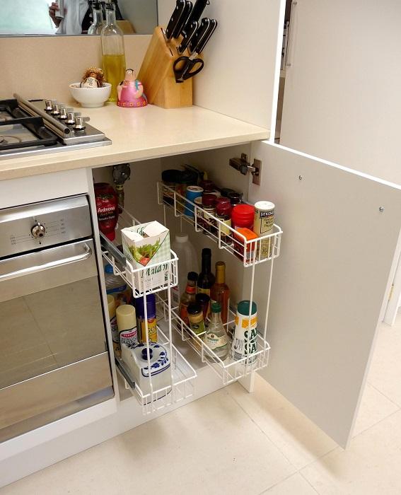 Традиционные металлические органайзеры для кухонной утвари.