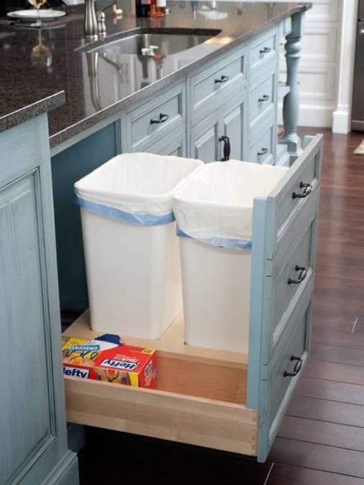 Выдвижной ящик, в котором можно хранить мусорный контейнер, позволит значительно сэкономить пространство на кухне.