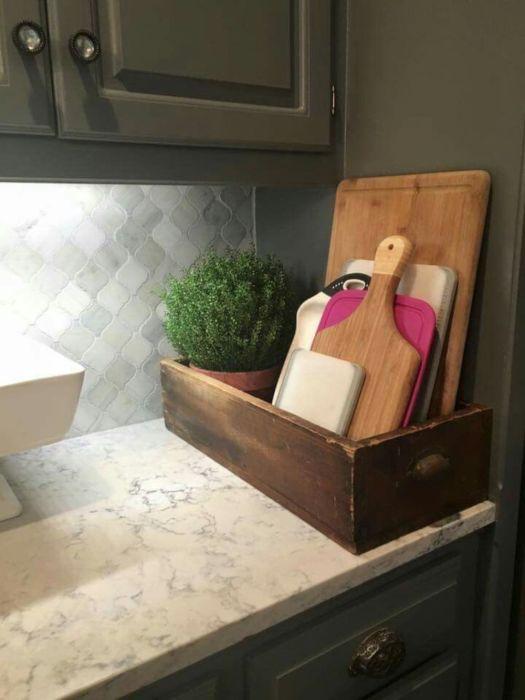 Старый деревянный ящик может стать оригинальным и незаменимым органайзером для хранения различных кухонных принадлежностей.