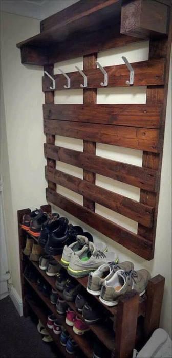 Оригинальная, но очень простая подставка из поддона для хранения обуви.